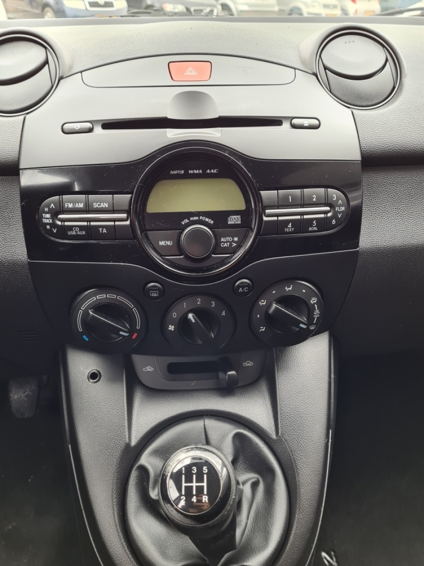 Mazda-2-7